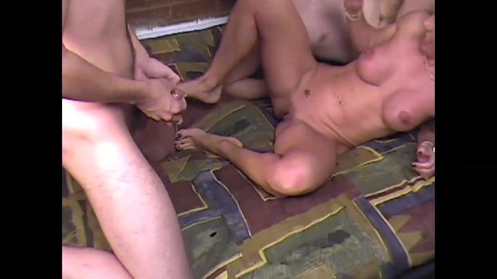 Сочная мама и друг сына трахаются у парня на глазах