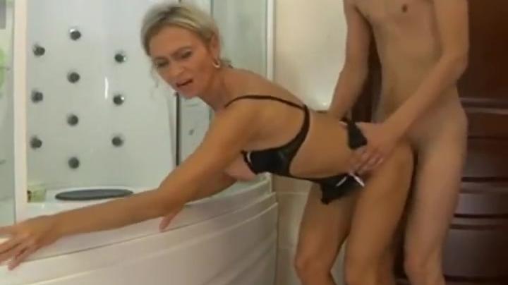 Русская тетя соблазнила племянника в ванной комнате